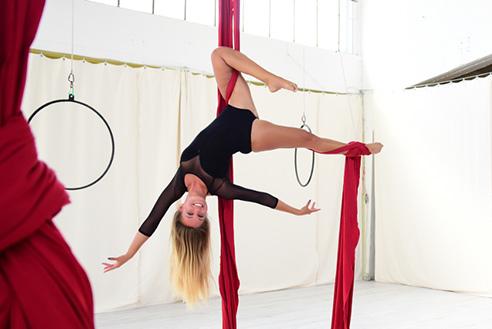 Cynthia am roten Tuch im Polestructions Studio, Aerial Silk Bonn