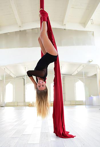 Cynthia Rodrigues Aerial Silk im Polestructions Studio