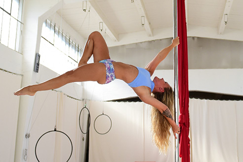 Hanna im Studio Polestructions, Pole Dance Bonn