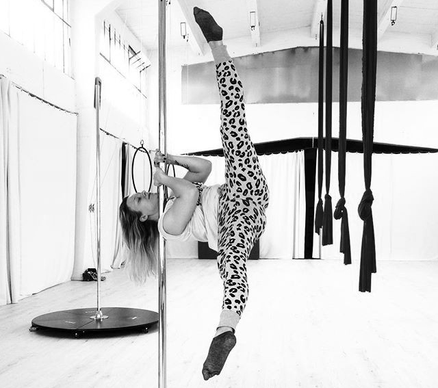 Pole Dance Shoulder Mount Iron X Variation. Polestructions in Bonn.