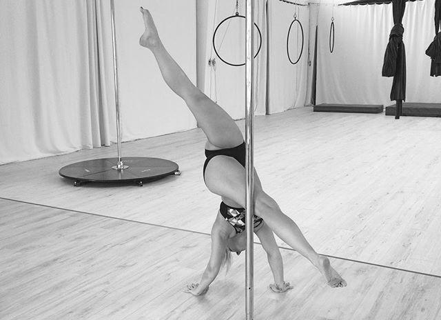Pole Dance Figur - Garbage Grinder an der Pole.