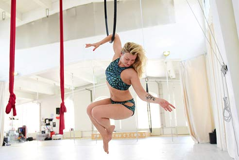 Jenny am Ring im Polestructions Studio, Aerial Hoop Bonn